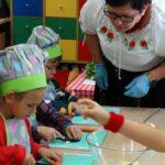 Dzieci kroją marchewkę