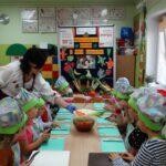 Dzieci kroją warzywa