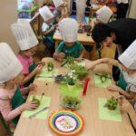 Dzieci nabijają winogron na patyczki