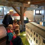 Dzieci oglądają Pałac w Krzygłowicach