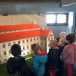 Dzieci oglądają Pałac z Rzeczycy