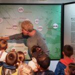Dzieci oglądają mapę z zabytkami gminy Grębocice