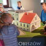 Dzieci oglądają miniaturę pałacu z Obiszowa
