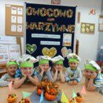 Dzieci podziwiają swoje dzieło w postaci owocowych łódek