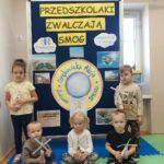 Dzieci pokazują swoj pracę plastyczną