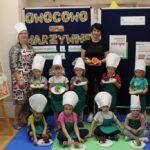 Dzieci pokazują swoje jeżyki z gruszki