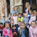 Dzieci pozują przed wejściem do pałacu w Grębocicach