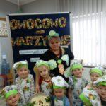 Dzieci prezentują wykonaną i ozdobioną sałatkę warzywną