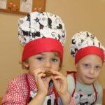 Dzieci próbują przetworów ze słoika