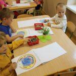 Dzieci projektują odznakę Grebocickiej Akcji Zwalczania Smogu