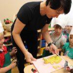 Dzieci przyglądają się, jak babcia robi krokodyla (