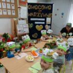 Dzieci przygotowują sie do krojenia warzyw