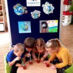 Dzieci robią bąbelki w kubku z wodą