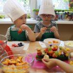 Dzieci robią szaszłyki