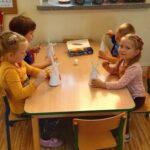 Dzieci robią wiatraki