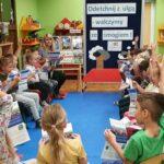Dzieci rozmawiają na temat ulotek o czystym powietrzu