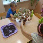 Dzieci sadzą kwiaty