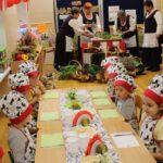 Dzieci siedzą przy stoliku