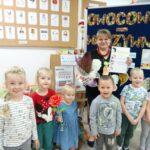 Dzieci składają zaproszonej babci podziękowania
