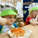 Dzieci smakują startą marchewkę i jabłko