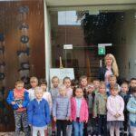 Dzieci stoją przed spichlerzem