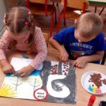 Dzieci tworzą plakat o smogu