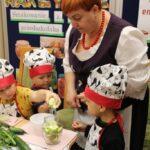 Dzieci wkładają jabłka do słoika
