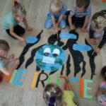 Dzieci wspólnie malują plakat Nie Trujcie