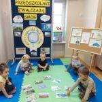Dzieci wybierają ilustracje przedstawiające efekt wpływu na środowisku