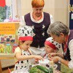 Dzieci wyciągają pestki ze śliwek