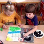 Dzieci wykonują plakat o smogu