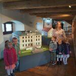 Dzieci z Panią Ewą przy pałacu z Krzydłowic