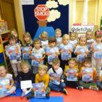 Dzieci z grupy Biedronek z kolorowankami dot. smogu