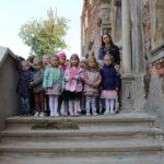Dzieci z grupy Biedronek z wychowawcą na schodach riun pałacu w Grębocicach