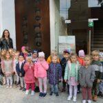 Dzieci z grupy Biedronek z wychowawcą przed galerią spichlerz
