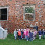 Dzieci z grupy Biedronek z wychowawcą przy ruinach pałacu w Grębocicach