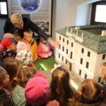 Dzieci z grupy Biedronek zwiedzają wystawę miniatur pałaców znajdujących się na terenie Gminy Grębocice