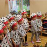 Dzieci z oddziału Mrówki słuchają Pań z Koła Gospodyń