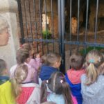 Dzieci zaglądają do środka ruin pałacu