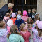 Dzieci zagladają przez kratę do ruin pałacu w Grębocicach
