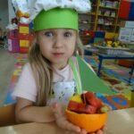 Dziewczynka prezentuje swoją owocową łódkę