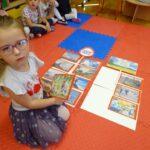 Dziewczynka układa układa obrazek na macie (2)