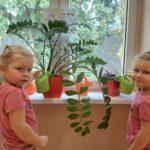 Dziewczynki podlewają kwiaty