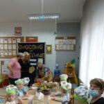 Gość specjalny wyjaśnia dzieciom i zebranym gością kolejne etapy produkcji owocowych łódek