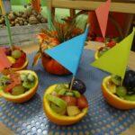 Gotowe owocowe łódki przygotowane przez dzieci z grupy Krasnoludków