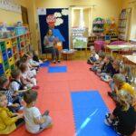Nauczycielka czyta dzieciom bajkę - Czarny dym..
