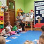 Nauczycielka mówi o ksiązeczce na temat przeciwdziałania smogowi