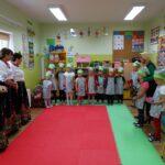 Pani Dyrektor i dzieci dziękują paniom za udział w projekcie