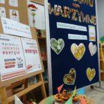 Prezentacja owocowych łódek na tle tablicy informacyjnej