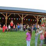 Integracyjne zabawy muzyczno-ruchowe uczestników pikniku